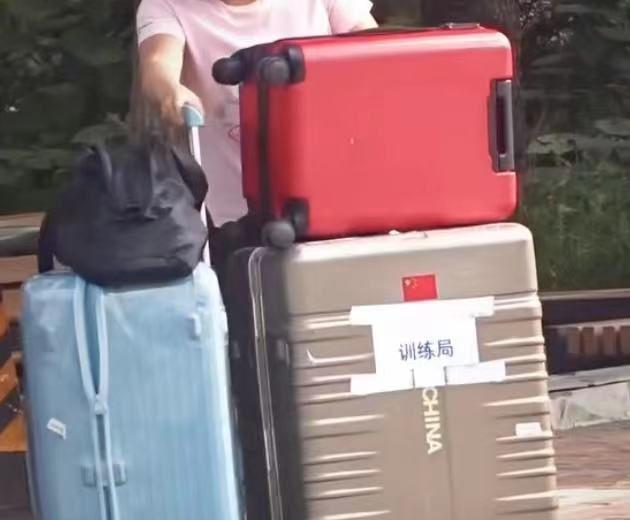 国乒解除隔离出关,刘诗雯搬3个箱子,眉头紧锁,许昕给球迷签名